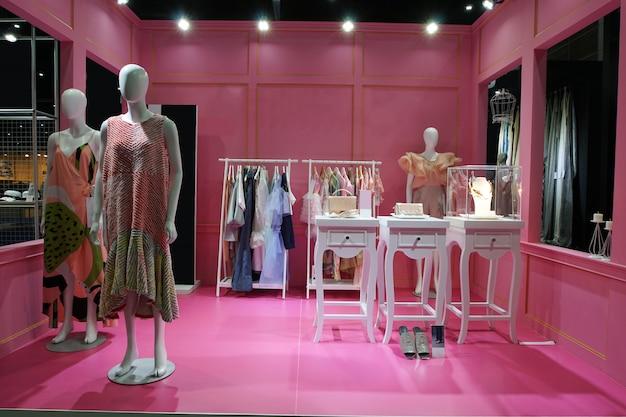 Muitos manequim com vestido com pronto para vestir Foto Premium
