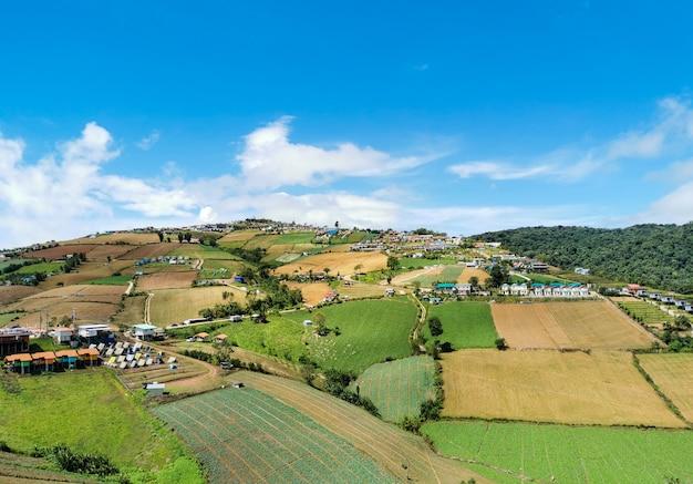 Muitos recorrem às montanhas e cultivam o céu azul Foto Premium