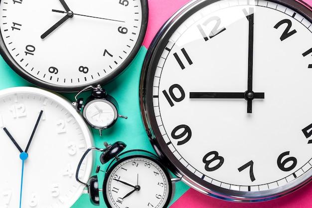 Muitos relógios diferentes Foto Premium
