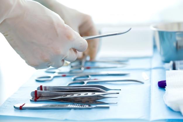 Muitos tipos de equipamentos médicos gerenciam o cirurgião para iniciar as operações na sala de operações. Foto gratuita