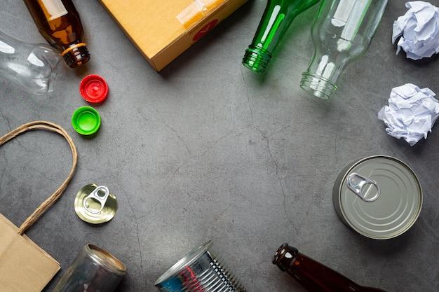 Muitos tipos de lixo foram espalhados no chão escuro. Foto gratuita