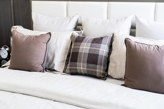 Muitos travesseiro na cama branca Foto Premium