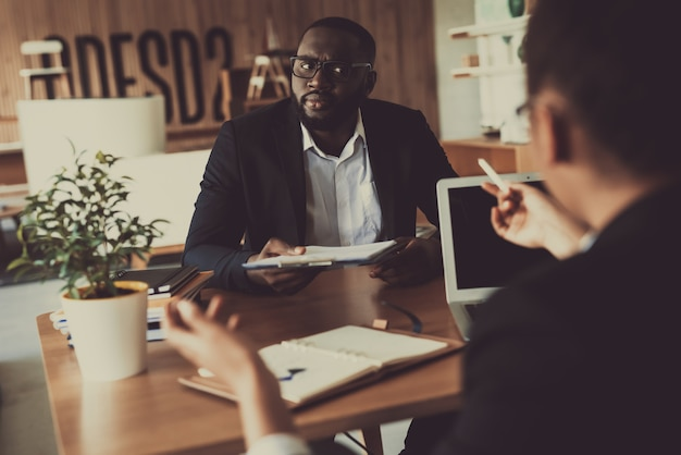 Mulata entrevistando o homem no escritório para uma nova posição Foto Premium