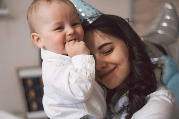 Mulher abraçando e brincando com seu filho pequeno Foto Premium