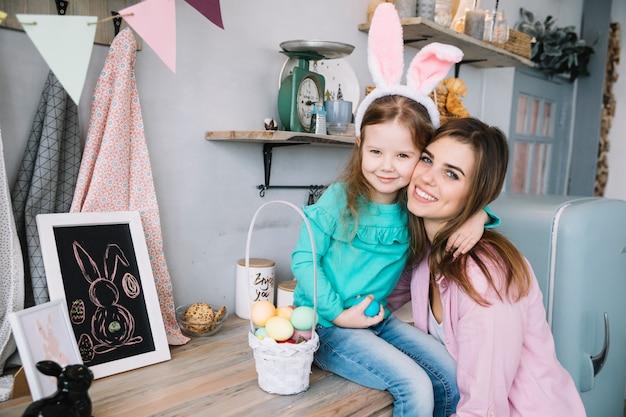 Mulher, abraçar, filha, em, orelhas bunny Foto gratuita