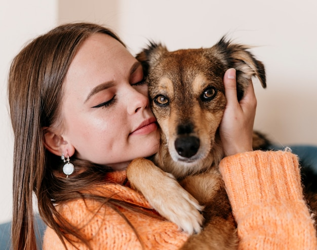 Mulher acariciando cachorro adorável Foto gratuita