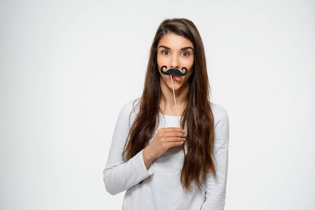 Mulher adolescente engraçada com bigode falso Foto gratuita