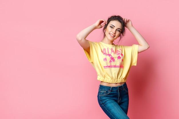 Mulher adolescente funky atraente na camiseta amarela Foto Premium