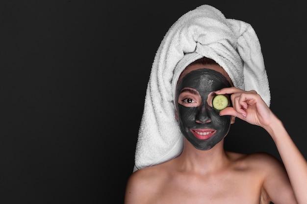 Mulher adulta, aplicar tratamento de cuidados da pele Foto gratuita