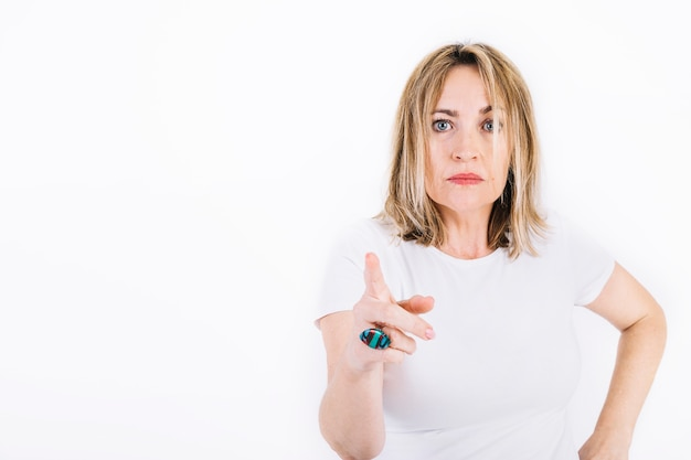 Mulher adulta apontando para câmera Foto gratuita