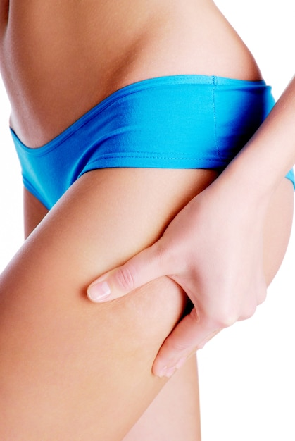 Mulher adulta beliscando a perna para teste de dobras cutâneas Foto gratuita