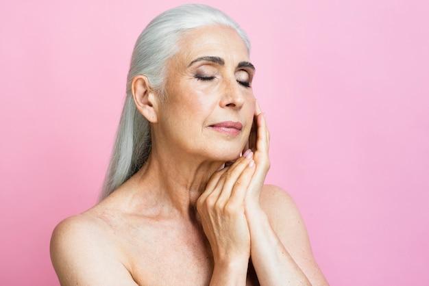 Mulher adulta com fundo rosa Foto gratuita