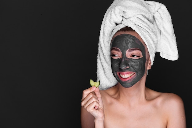 Mulher adulta com máscara de lama no rosto Foto gratuita