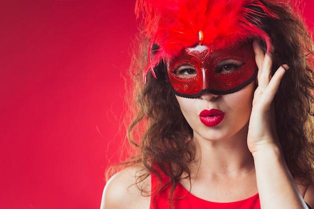 Mulher adulta em máscara vermelha Foto gratuita