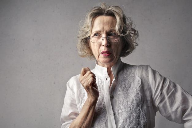 Mulher adulta em profunda reflexão, contemplando suas decisões Foto gratuita