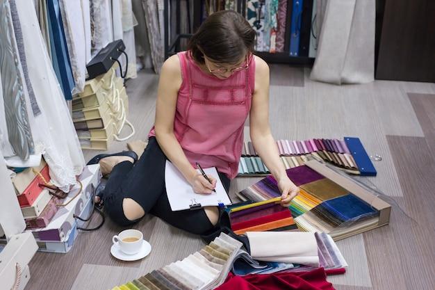 Mulher adulta escolhe tecidos Foto Premium