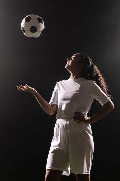 Mulher adulta no sportswear com bola Foto gratuita