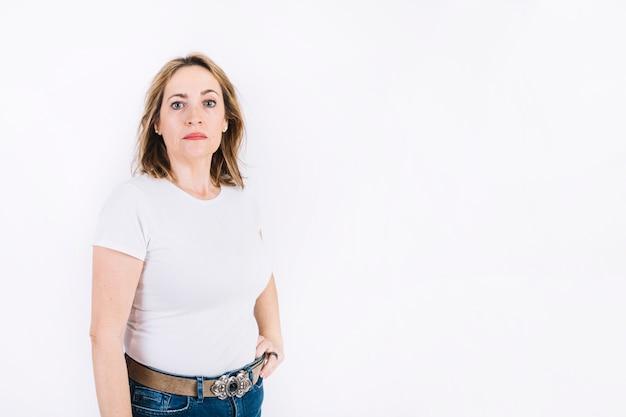 Mulher adulta séria Foto gratuita