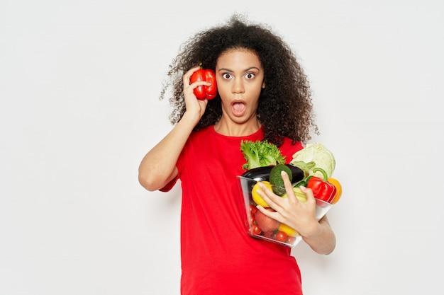 Mulher afro-americana em uma camiseta posando Foto Premium