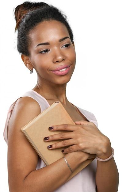 Mulher afro-americana, segurando uma pilha de livros Foto Premium