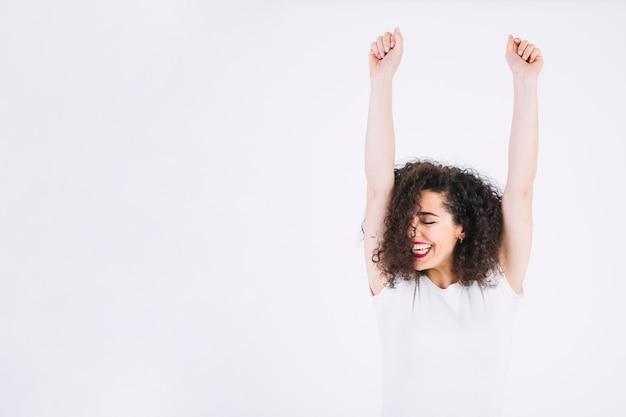 Mulher alegre com braços levantados Foto gratuita