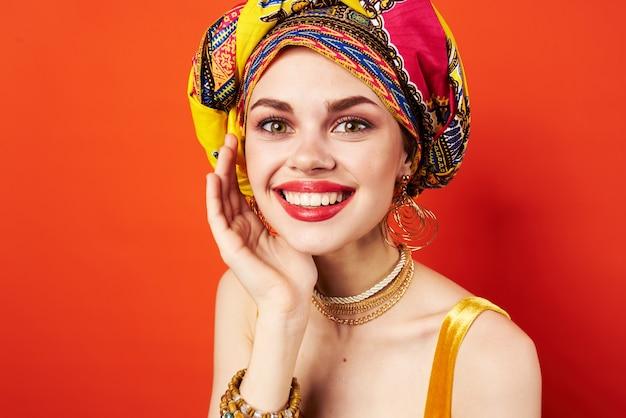Mulher alegre decoração de bloco multicolorido etnia vermelho Foto Premium