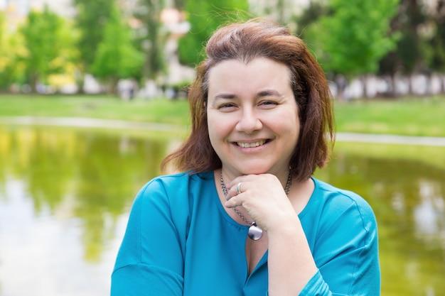 Mulher alegre feliz, aproveitando o fim de semana Foto gratuita