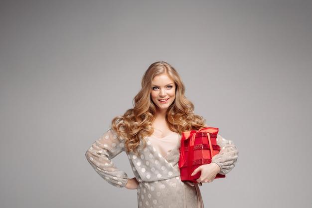 Mulher alegre mulher segurando muitas caixas com presentes. Foto Premium