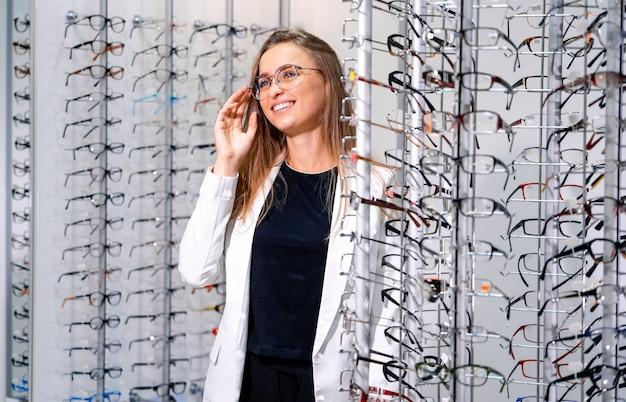 Mulher alegre usando óculos na ótica Foto Premium
