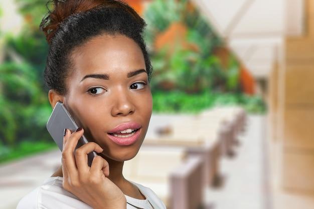 Mulher americana africana, com, um, telefone móvel Foto Premium