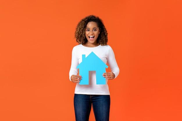Mulher americana africana, segurando, casa, modelo Foto Premium
