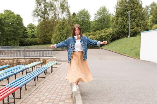 Mulher andando nas bordas do parque Foto gratuita