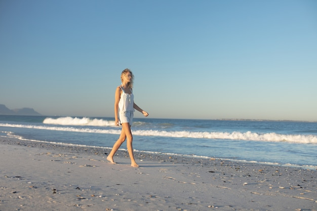 Mulher, andar, descalço, praia Foto gratuita