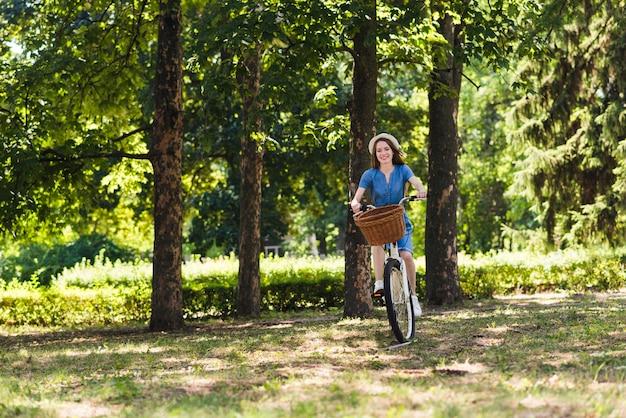 Mulher, ande uma bicicleta, ligado, floresta, estrada Foto gratuita