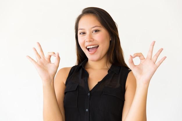 Mulher animada mostrando sinal ok Foto gratuita