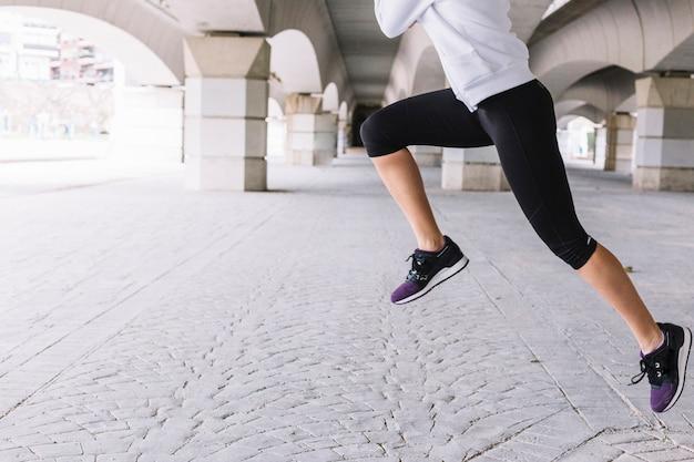 Mulher anônima executando saltos Foto gratuita
