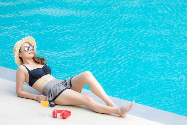Mulher, ao lado, piscina Foto Premium