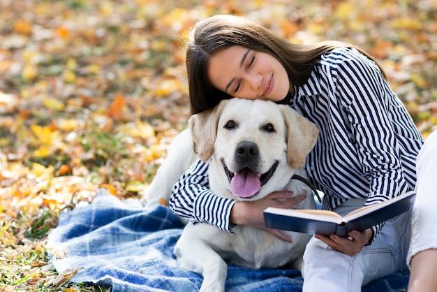 Mulher apaixonada por seu labrador Foto gratuita