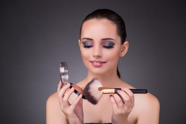 Mulher, aplicando sombras, em, beleza Foto Premium