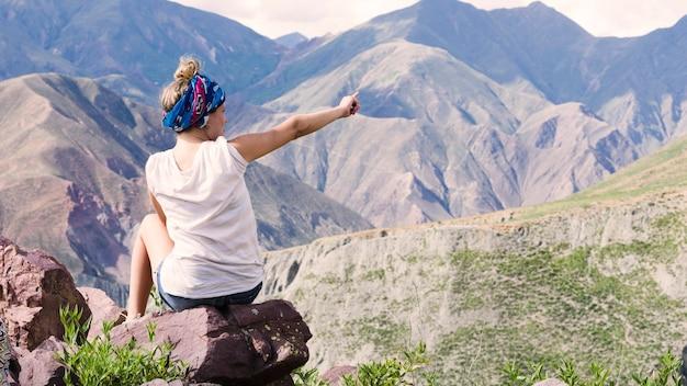 Mulher, apontar, montanhas Foto gratuita