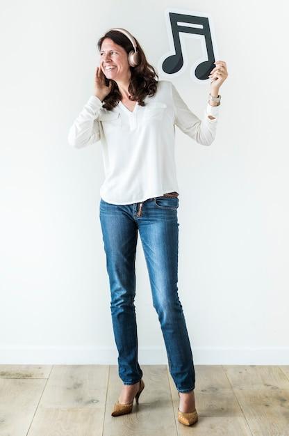 Mulher, apreciar, música, e, segurando, nota musical, música, conceito Foto Premium