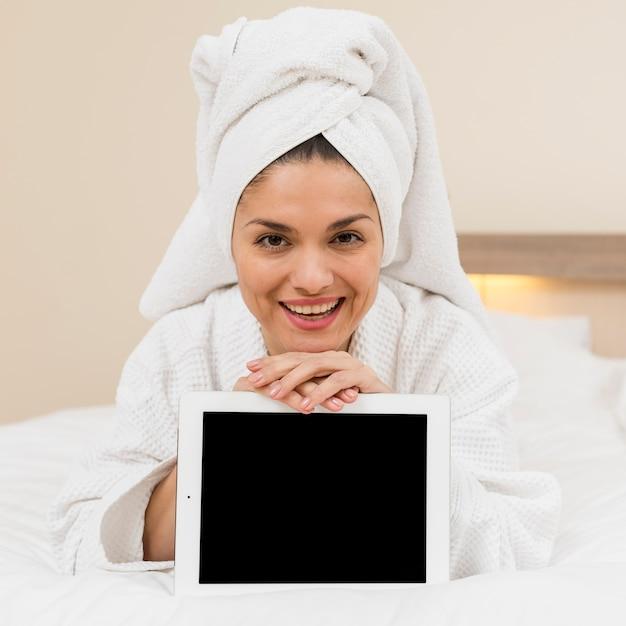 Mulher, apresentando, tabuleta, em, quarto hotel Foto gratuita