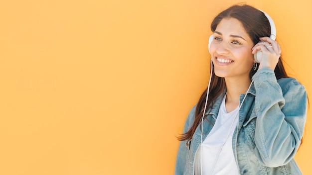 Mulher, aproveitando a música no fone de ouvido Foto gratuita