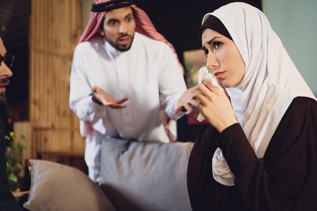Mulher árabe com marido na recepção do psicólogo Foto Premium