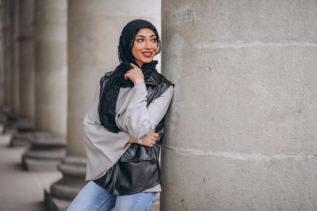 Mulher árabe em hijab ouside na rua Foto gratuita