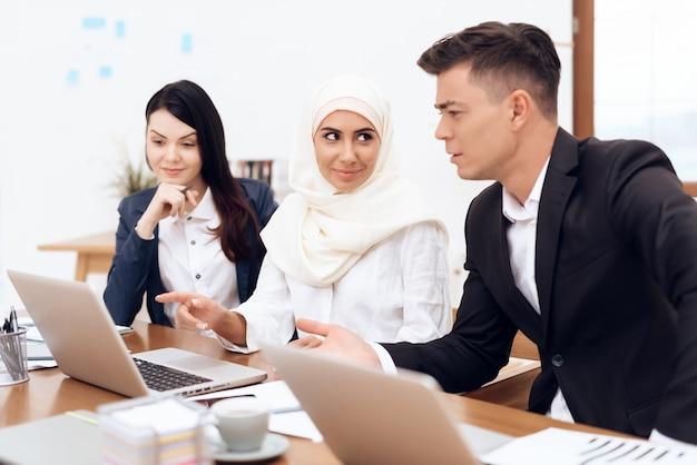 Mulher árabe em hijab trabalha no escritório juntos. Foto Premium