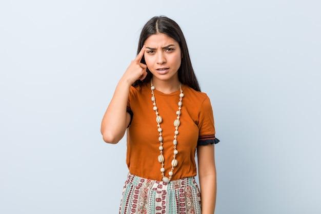 Mulher árabe nova que mostra um gesto da decepção com dedo indicador. Foto Premium