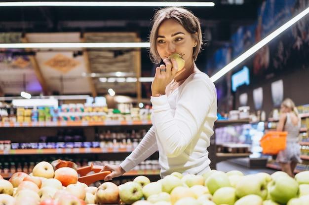 Mulher às compras na mercearia Foto gratuita