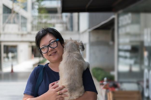 Mulher asian, abraçando, cão, tão, cute, em, loja café Foto Premium