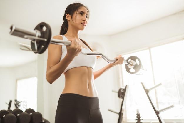 Mulher asian, levantamento peso, em, ginásio Foto Premium
